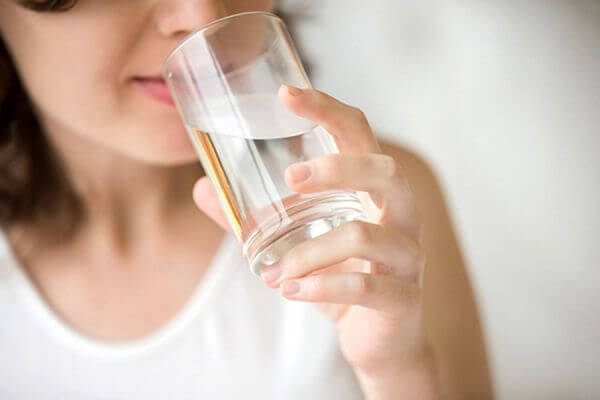 Chữa rạn da sau sinh bằng cách uống nhiều nước
